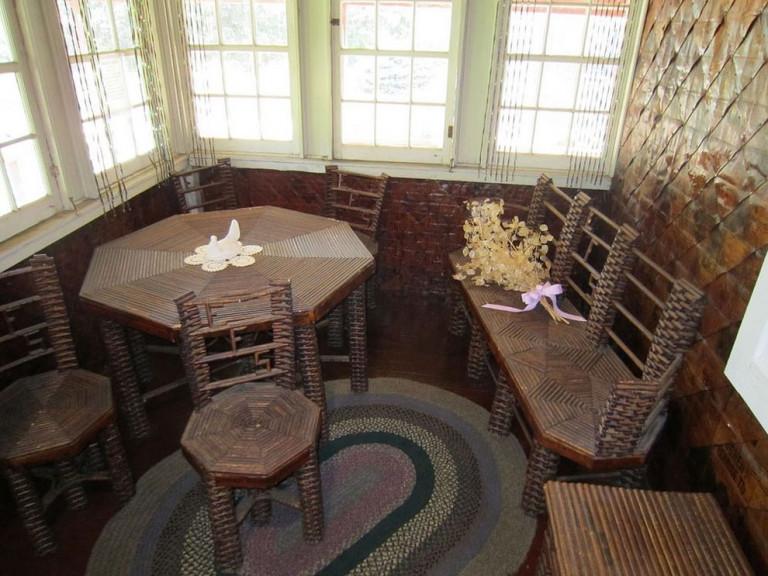 Ngôi nhà làm từ giấy báo cả thế kỷ cũng không mục nát
